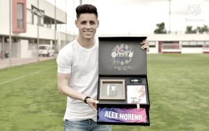 Álex Moreno recibe el premio por formar parte del equipo de la semana de la jornada 41