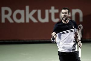 Marin Cilic da una lección de tenis en Tokio