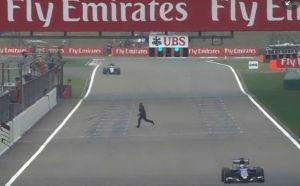 VIDEO - Gp Cina, un invasore di pista corre tra le macchine