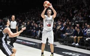 Legabasket - Cinciarini e Putney fanno il vuoto nel terzo periodo. Trento ko al Palamaggiò