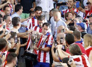 Villar entrega el trofeo de campeón de Liga al Atlético