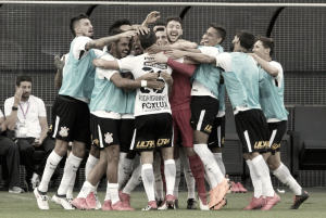 Com arbitragem polêmica, Corinthians bate Palmeiras e tira invencibilidade do rival