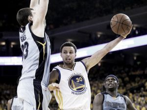 Horford regala la vittoria agli Hawks, Curry e Thompson guidano i Warriors