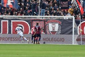 Serie A - Il primo Genoa di Ballardini è cinico e vincente: a Crotone decide Rigoni