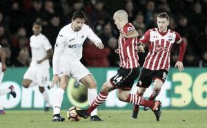 Premier League - Vokes abbatte il Leicester, passano Palace e Swansea. Pari in Boro-WBA