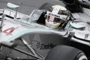 Lewis Hamilton le da con el mazo a la fiebre