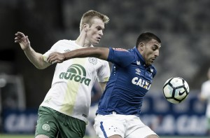 Com 'lei do ex' em dose dupla, Chapecoense bate Cruzeiro e alcança liderança do Brasileirão