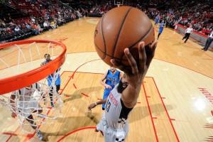 Una gran segunda parte de los Rockets decanta el duelo texano