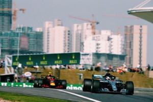 F1, GP Azerbaijan - La fortuna bacia Hamilton, il britannico vince ed è leader iridato