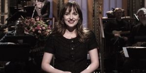 Dakota Johnson presenta 'Saturday Night Live' con sus padres en el público
