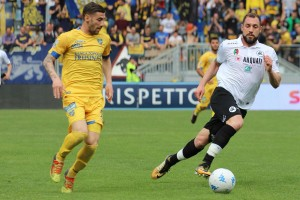 Pari in extremis per lo Spezia: Frosinone beffato al 92' da un rigore di Pessina