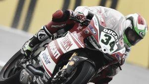 Davide Giugliano logra la pole bajo la lluvia de Donington