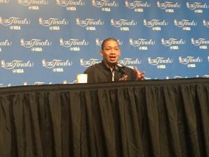 """Tyronn Lue elogia atuação decisiva de Durant e acredita em vitória dos Cavaliers: """"Temos chances"""""""