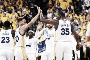 Durant e Curry brilham mais uma vez, Warriors vencem Cavaliers e ampliam vantagem nas finais