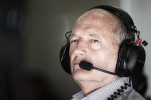 """Ron Dennis: """"Kevin Magnussen le está dando un buen aviso a Jenson Button"""""""