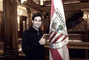 Xabi Etxeita firma su renovación