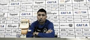 Autor do gol no empate com Vitória, Kieza cobra postura diferente do Botafogo em casa