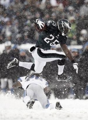 Los Eagles remontan a los Lions sobre la nieve en el último cuarto