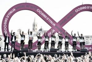 Giro de Italia 2017: Dimension Data, joven alma con piel de cordero