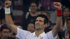 Djokovic resuelve con solvencia su debut
