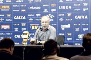 """Após vitória sobre Villa, Mano elogia evolução e amadurecimento do Cruzeiro: """"Me deixa contente"""""""