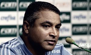 Roger Machado evita polêmicas e blinda elenco para partida contra Corinthians