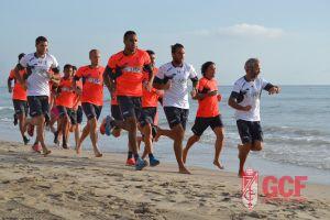 La plantilla del Granada se ejercita en la playa de La Manga