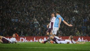 Poker all'Aston Villa, Manchester City ad un punto dal titolo
