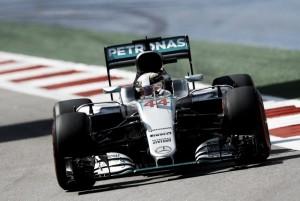 Lewis Hamilton arrasa en los segundos entrenamientos libres