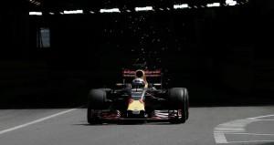 Daniel Ricciardo vuela en unos segundos entrenamientos libres accidentados