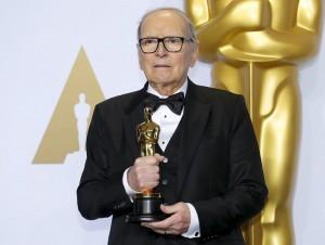 Ennio Morricone gana su primer Oscar con 87 años