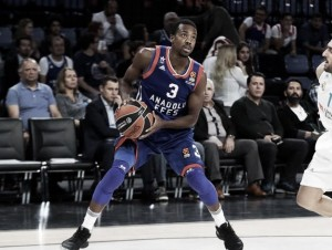 Turkish Airlines EuroLeague - McCollum domina, l'Efes supera Valencia (82-66)