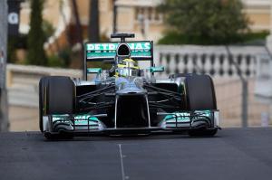 La prima fila Mercedes lascia lontani Kimi e Alonso