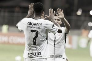 Jô volta a decidir, Corinthians supera Vitória e conquista primeiro triunfo no Brasileiro