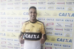 """Atacante Fabinho Alves chega ao Criciúma falando em acesso: """"Time que quer subir tem que ter elenco"""""""