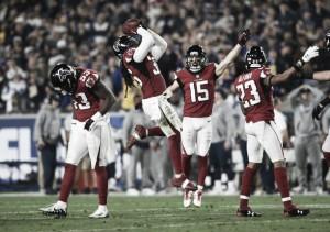 Em jogo de ataques explosivos, defesas se impõem e Falcons vencem os Rams em Los Angeles