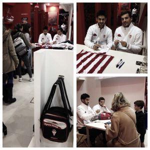 Los jugadores del Sporting continúan las firmas de autógrafos en la tienda oficial