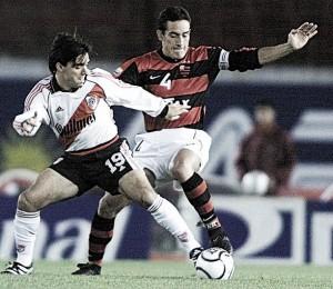 Há 17 anos, Flamengo e River Plate protagonizaram jogo eletrizante pela Copa Mercosul