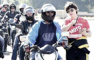 Buscando conscientização sobre saúde no trânsito Suzane Carvalho volta ao motociclismo