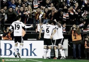 Tablas en el debut de Gary Neville en Mestalla