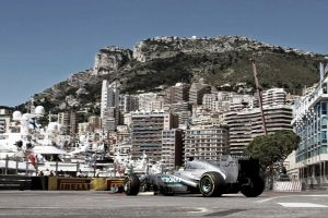 Lewis Hamilton no se relaja ni en Mónaco