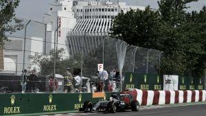 Lewis Hamilton reina antes de la lluvia y se estrella contra el muro