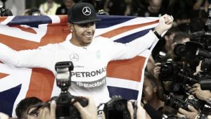 Tercera corona para Hamilton en un gran premio caótico