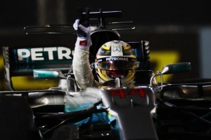 """F1, Gp di Singapore. Hamilton ed una vittoria a sorpresa: """"Siamo stati fortunati, ma sono molto felice"""""""