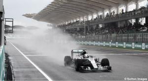 Lewis Hamilton se impone a Vettel bajo la tormenta de Sepang