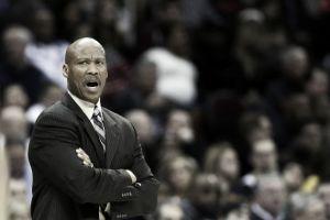 Byron Scott se acerca al banquillo de los Lakers