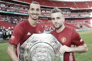 Shaw feliz por conseguir su primer trofeo con el Manchester United