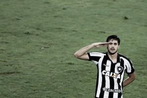 """Personagem do jogo, Rabello comemora gol decisivo: """"Feliz por ajudar o time a se manter no G-6"""""""