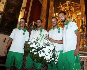 El Córdoba acude a su ya tradicional ofrenda floral a San Rafael