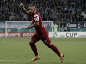 Hamburg looking at Freiburg's Schmid